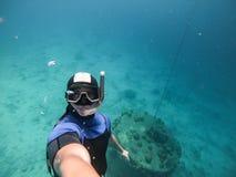 Freediver die selfie bij een zeer grote diepte dicht bij bodem van het overzees nemen royalty-vrije stock fotografie