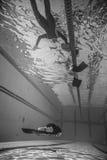 Freediver dinámico con el funcionamiento de Monofin del submarino Imágenes de archivo libres de regalías