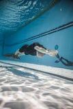 Freediver dinámico con el funcionamiento de Monofin del submarino Foto de archivo libre de regalías