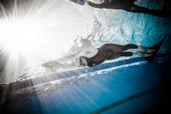 Freediver dinâmico com desempenho de Monofin do Underwater Fotografia de Stock Royalty Free