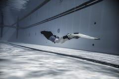 Freediver dynamisch mit Monofin-Leistung vom Underwater lizenzfreies stockfoto