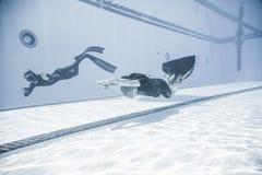 Freediver dynamisch mit Monofin-Leistung vom Underwater stockbild