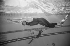 Freediver dynamisch mit Monofin-Leistung vom Underwater stockfotos