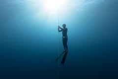 Freediver en el mar Imagenes de archivo