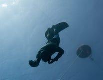 Freediver hace una zambullida de la seguridad Fotos de archivo libres de regalías