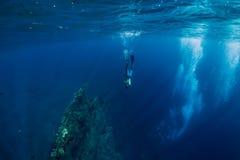 Freediver m??czyzny nur podwodny przy shipwreck w Bali obraz stock