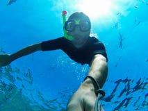 Freediver: selfie subaquático Imagens de Stock