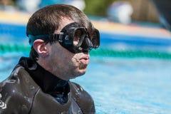 Freediver som avslutar en statisk Apneakapacitet efter få minuter Arkivfoto