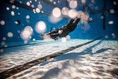 Freediver som utför under en konkurrens för DYN Freediving Arkivfoton