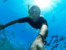 Freediver: undervattens- selfie arkivbilder