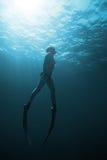 Freediver Unterwasser in San Andres, Kolumbien Stockfotografie