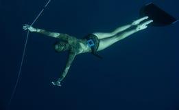 Freediver wacht op iemand in de diepte Stock Foto
