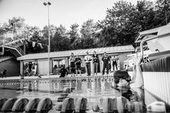 Freediver, welches die offizielle Spitze vor dem Handeln seiner Leistung wartet Stockfotos