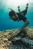 Freedivermens met hawksbillschildpad, onderwaterfotografie royalty-vrije stock foto