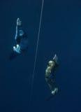 freedivers глубины идут натренировать 2 вверх Стоковое Изображение