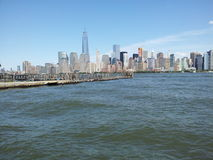 Freedom Tower avec le ferry de Jersey City glisse dans le premier plan Photo libre de droits