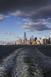 Freedom Tower, ciel nuageux se reflétant, New York City Photographie stock