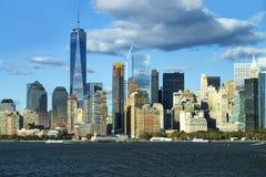 Freedom Tower, ciel nuageux se reflétant, New York City Photo libre de droits