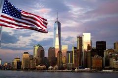 Freedom Tower, ciel se reflétant de soirée, New York City Images stock