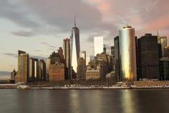 Freedom Tower, ciel se reflétant de soirée, New York City Images libres de droits