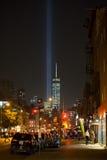 Freedom Tower e o tributo iluminam-se visto na vila ocidental Imagens de Stock