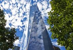 Freedom Tower mit Blättern, New York City Stockfotografie