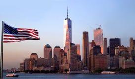 Freedom Tower New York City avec la réflexion de ciel de soirée Photographie stock libre de droits