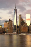 Freedom Tower New York City som reflekterar i vatten royaltyfri bild