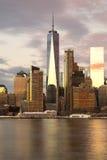 Freedom Tower New York City som reflekterar i vatten Royaltyfri Bild