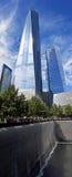 Freedom Tower ovanför minnesmärkepölen, New York City Royaltyfria Foton