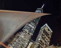 Freedom Tower på natten Arkivbild