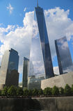 Freedom Tower, September 11 museum och reflexionspöl med vattenfallet i September 11 Memorial Park Royaltyfria Bilder