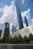 Freedom Tower, September 11 museum och reflexionspöl med vattenfallet i September 11 Memorial Park Arkivbilder