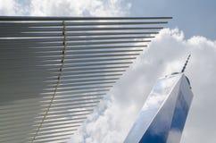 Freedom Tower (1 WTC) och Calatrava tunnelbanastation i Manhattan, USA Fotografering för Bildbyråer