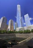 Freedom Tower y fuente conmemorativa en New York City Foto de archivo libre de regalías