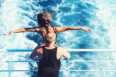 Freedon i szczęście Seksowna kobieta i mężczyzna na łodzi w wodzie morskiej Wakacje letni i podróż wakacje r fotografia stock