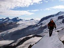 Freee masculino del escalador de montaña a solas en la cara norte de Breithorn en las montañas suizas fotos de archivo