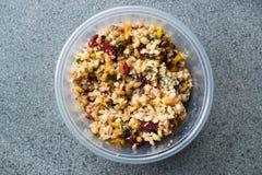 Freekeh-Korn Tabule mit Berberitzenbeeren und Erdnuss und Mais/Tabula im Plastikkasten stockfoto