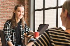 Freelance работая в кофейне, работнике схематическом, coupl кочевника Стоковое фото RF