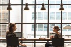 Freelance работая в кофейне, работнике схематическом, coupl кочевника Стоковые Фотографии RF
