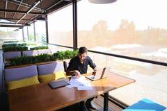 Freelance copywriter przepisać tekst na laptopie przy kawiarnia stołem obrazy royalty free