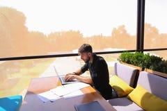 Freelance copywriter przepisać tekst na laptopie przy kawiarnia stołem zdjęcia royalty free