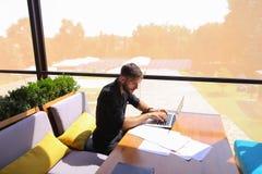 Freelance copywriter przepisać tekst na laptopie przy kawiarnia stołem fotografia royalty free