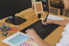 freelance grafische ontwerper die op digitale tablet trekken Het vrouwenwerk Stock Foto's