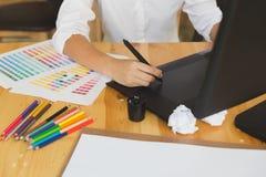 freelance grafische ontwerper die op digitale tablet trekken Het vrouwenwerk Royalty-vrije Stock Foto