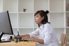freelance grafische ontwerper die op digitale tablet trekken Het vrouwenwerk Royalty-vrije Stock Fotografie
