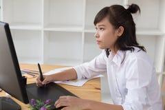 freelance grafische ontwerper die op digitale tablet trekken Het vrouwenwerk Stock Foto