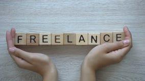 Freelance, handen die woord op houten kubussen duwen, zelfwerkgelegenheid die van huis werken stock video