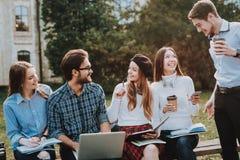 freelance hipster Gruppo di giovani siedasi immagini stock libere da diritti