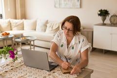 Freelance i ministerstwa spraw wewnętrznych pojęcie Kobieta pracuje od domowy offic fotografia stock